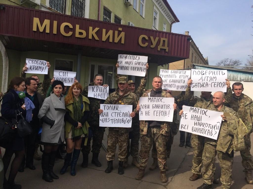 Манифестация у Краматорского городского суда 1.04.16. Подозреваемого не доставили в суд.